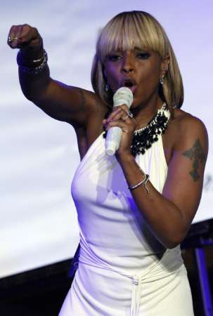 Singer Mary J Blige performs on stage as she attends the amfAR\'s Cinema Against AIDS 2008 event in Mougins during the 61th Cannes Film Festival May 22, 2008. REUTERS/Jean-Paul Pelissier (FRANCE)