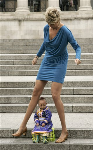 World's Smallest Man and Tallest Woman Meet for Guinness ...