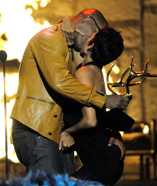 """Actor Jamie Foxx (L) and actress Halle Berry kiss onstage at Spike TV's 2009 """"Guys Choice Awards"""" held at the Sony Studios on May 30, 2009 in Los Angeles, California."""